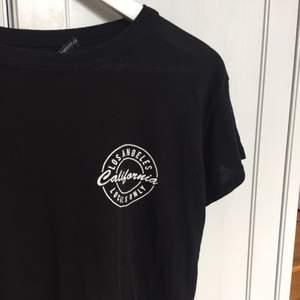 Svart t-shirt med tryck. Plus frakt. Betalning via swish.