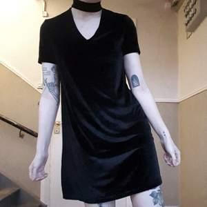 Helsvart tshirtklänning i sammet!! 🖤 Väldigt behaglig att ha på sig och såå snygg med cutout choker 😍 Stängs med dold dragkedja i ryggen Storlek xs men oversized! Passar xs-m! 120kr inkl frakt