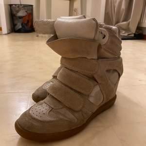 pris sänkt !!!!!isabel marant skor storlek 38. passar en  38,5-39 också. använda mer är i bra skick. vill bli av med dessa därför de billiga priset.  inte använda sen 2018 , nu har det bara står som prydnad. riktigt snygga och sköna skor.