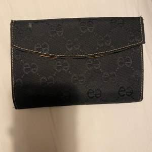 Säljer denna Gucci plånbok, det är en kopia så man vet. Den är i jätte bra skick förutom att den är liten grön, som man ser på bild 3. Har inte testat få bort det, så det kanske går bort. Undrar man över något så är det bara att kontakta mig.