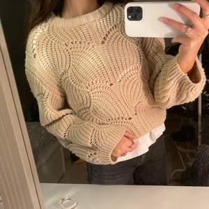 Jättefin tröja från Ginatricot som knappt är använd. Storlek XS, men passar även S. Kunden står för frakt eller så möts jag upp i Sthlm. Färgen är mer som på bild 2.