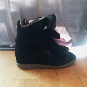 """Säljer mina Isabel Marant skor i modellen """"Bekett"""". Köpta på mytheresa.com för 4900kr. Använda men i bra skick. Säljes då jag inte använder längre. Originalförpackning med dustbags medföljer!  Priset kan diskuteras🥰"""