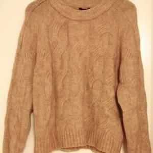 Stickad tröja. Premium Quality med Alpaca blandning. Helt ny och oanvänd med prislapp kvar på, köpt för 499kr ❤️