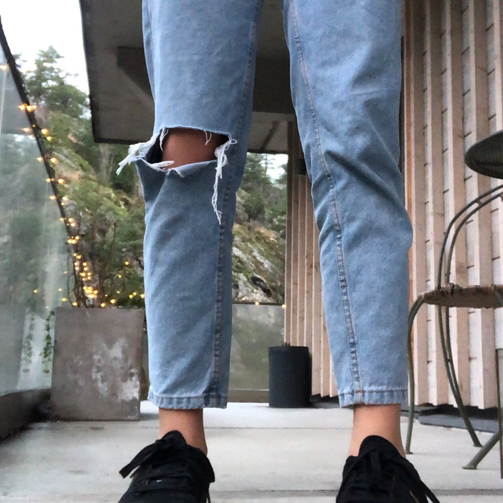 Jeans från pull and bear mom fit strl 32. Säljer pga att de är något små för mig. Inte använda så mycket därav bra skick. Jeans & Byxor.