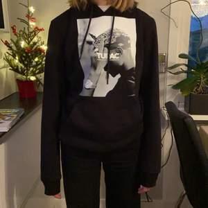Säljer min snygga svarta tupac hoodie, nästan oanvänd. storlek xs men passar även på en s beroende på hur man vill att den ska sitta. En helt vanlig hoodie till passform, nypris 600💕 Om fler är intresserade kan man buda i kommentarerna💕