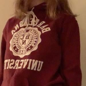 Röd mysig collegetröja köpt på Beyond Retro men aldrig använd. Säljer då den inte riktigt är min stil. Bra skick.💕