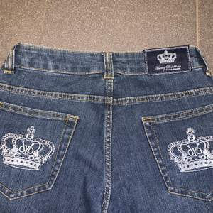 Assnygg Victoria Beckham jeans i jättebra skick. Storleken är w 31 men dom är väldigt små i storleken, midjemåttet är ca 72 cm och dom är ganska lågmidjade. Jeansen passar nog bättre på lite kortare personer då dom är korta i benen.
