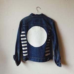Handmålad jeansjacka i storlek S. Kan behöva en strykning innan tvätt, för att få färgen att fästa ordentligt! Målad med vit texilfärg.