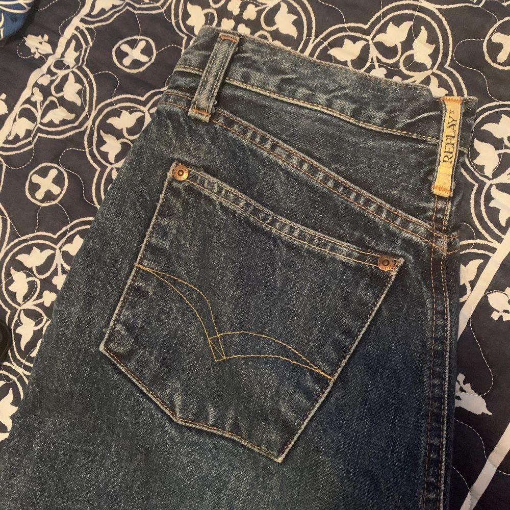 Alldeles för små för mig så säljer pga det. Jeansen är använda 1-2 gånger och är annars i toppskick. Det står att det är stolek 29 men det är herrstolek så skulle säga att det är en 25 eller 26 dam👍🏼💜✨  (Köparen betalar för frakten) Buda gärna♥️. Jeans & Byxor.