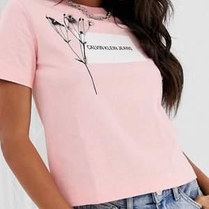 Säljer min helt oanvända Calvin klein T-shirt. Den är äkta och super bra skick. Söt och även i XS. Nypris 480kr men säljer för 70kr inklusive frakt om du inte vill mötas