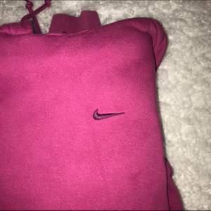 Skit najs rosa färg på en Nike Hoodie, köpt secondhand. Säljer pga att jag inte använder och har för många hoodies. Fraktar endast just ju. (Lägger ut igen)