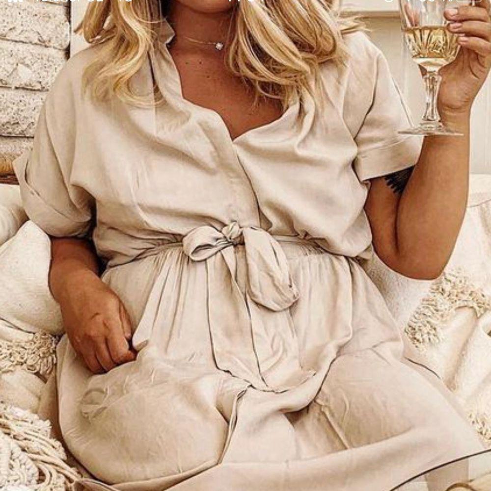 Söker denna klänning ifrån H&M! Någon som säljer?🤗🙏🏼. Klänningar.