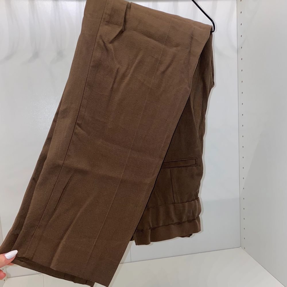 Säljer mina supersköna och luftiga bruna byxor från H&M i storlek 34. Aldrig använda endast provade. Säljer för 140kr+frakt. 🧡🧡. Jeans & Byxor.