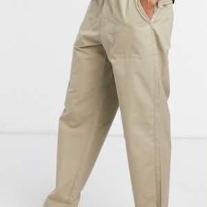 Sjuuuukt snygga chinos från Levis köpta på Urban outfitters! Sitter oversized och snyggt som på bilden! Använda ca 3 gånger! Passar någon 165-170cm i längden! 🐣🌿⚡️🍾🍾
