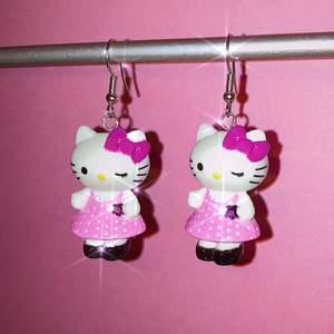 hello kitty örhängen gjorda av mig 🥺 kommer fler par snart!! checka gärna in på min instagram för mer örhängen: @jewelryisawesome