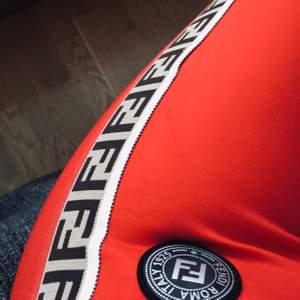Äkta Fendi trousers! Supersnygga och just dessa med det där märket hittar jag ingenstans. Aldrig använd. Färgen är bäst på bild nummer 3 :)