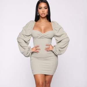 Helt ny klänning från FashionNova, storlek XS.