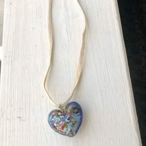 Halsband som är köpt från Italien i Venedig tidigt 2000-tal. Halsbandet är unikt med ett hjärta i glas.
