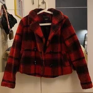 Super snygg rutig teddy jacka. Köptes från Nelly.com förra hösten. Mycket bra tillstånd. Det är en kortare jacka som slutar vid midjan. Köparen står för frakten🌸 Betalningen sker via swish🌸