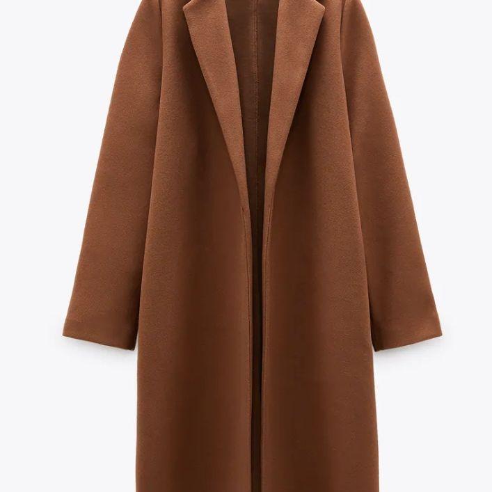 Jättefin lång kappa från Zara, aldrig använd så den är helt ny 🙂 figursydd så den ger en fin form Storlek M Hade svårt att få rätt ljus på mina bilder, men på sista bilden kan ni se exakt hur den ser ut 👌 Finns i Västerås eller skickas mot fraktkostnad 🌸🌸🌸. Jackor.