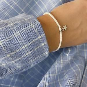 Ett snyggt, trendigt, handgjort armband från kollektionen stjärnfall. Finns även med guld stjärna