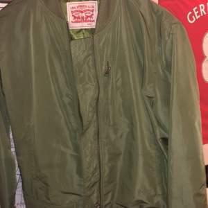 Säljer min levi's jacka som jag enbart har använt i en säsong. Köpt för 1000 kr. Säljer för 289 samt att konsumenten står för frakten.