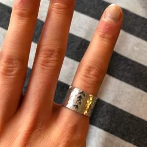 En superfin och tidlös ring i äkta silver. Passar verkligen till allt!⭐️🤗 Bredd är ca 1cm. Gjord av mig.
