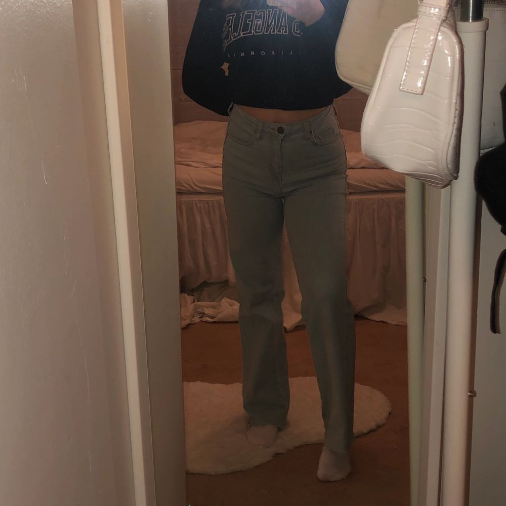 Jag säljer mina nästintill oanvända populära jeans från madlady, de är avklippta och passar mig som är 160cm lång, stretchiga och skullle nog passa som S oxå beroende på hur man vill att dom ska sitta. Nyskick! 💓 nedsatt till 249+frakt!. Jeans & Byxor.
