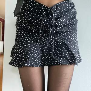 Prickig kjol från Zara! Sitter perfekt med en liten volang nedtill. Nypris 399kr. Kan mötas i sthlm elr så står köparen för frakten!💕💕 BUDA!!!💕
