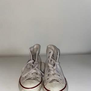 Vita converse. Använda flitigt💗 skriv för intresse eller fler bilder