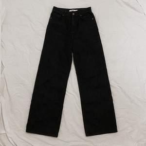vida, svarta, trendiga jeans inköpta i våras från NAKD som tyvärr blivit för små för mig. bra längd för mig som är 168, och skulle säga att de är ganska stora i storleken! fint skick :) skickas mot fraktkostnad, kan även gå ner i pris vid snabb affär <3