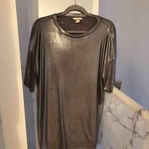 """Cool """"oversize"""" t-shirt i metall/silver färg. Kan säkert användas som t-shirt dress ☺️ säljes pga att jag aldrig kommer använda den, frakt ingår💕"""
