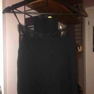 Svart linne med spetsdetalj, perfekt sommarlinne eller ett lille att ha över en annan tröja.
