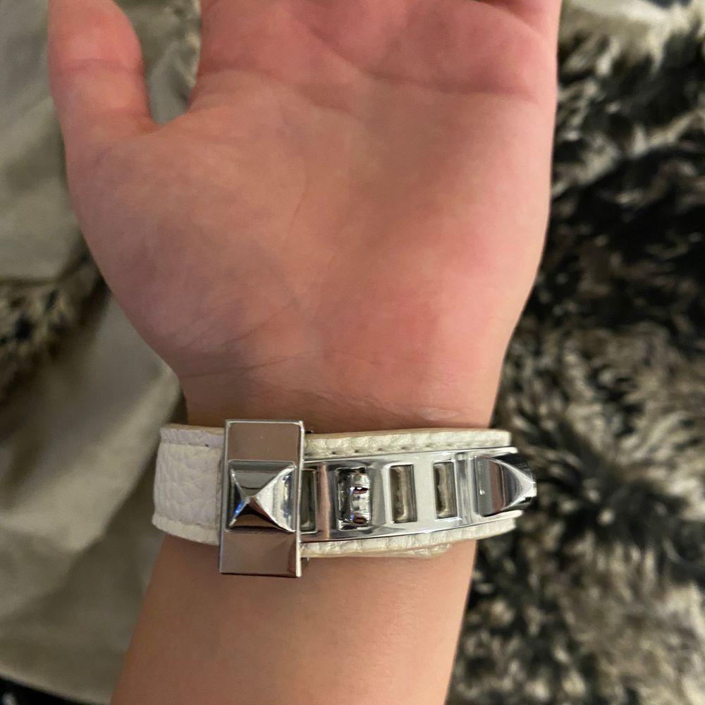 Jätte fint hermes inspirerat armband i vitt med silvriga detaljer. Inga repor och helt oanvändt.. Accessoarer.