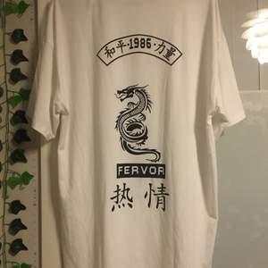 Oversized t-shirt från shein. På tröjan står det storlek XS men den passar mer M/L. Används ej. (Trycket är på baksidan av tröjan) Frakt betalas av köparen