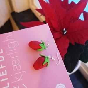 Jag säljer mitt första par hemgjorda örhängen i form av jordgubbar! De är gjorda i polymerlera och smyckesdelarna är silverpläterade. Jag är helt ny med denna hobby, och är självlärd. Frakten ingår! Kom gärna med förslag på motiv 🍓🥰