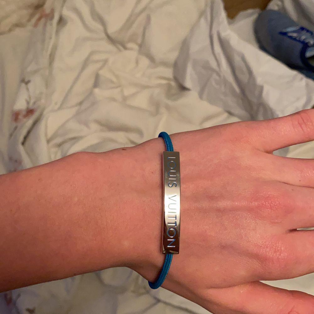 Sjukt snyggt armband i nyskick, slut såld modell! Självklart äkta köpt i butik i Stockholm, har kvitto. . Accessoarer.