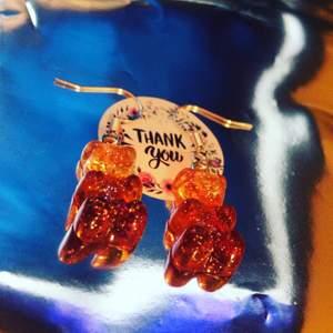 Supersöta björnörhängen som jag tycker ser ur som cola björnar!💕 väldigt populära och trendiga, 2 par i lager! Endast 32kr ink frakt! Dm vid intresse eller köp, postbevis skickas alltid💞