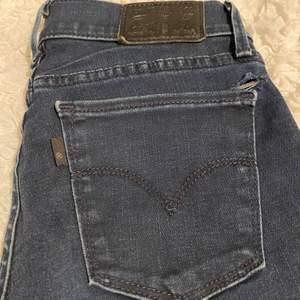 Lågmidjade jeans från Levi's, avklippta längst ner men ändå väldigt långa i modellen! Modellen heter '710 SUPER SKINNY'🥰ett litet hål över fickan men går lätt att sy ihop! (Egenklippt hål på höger knä)