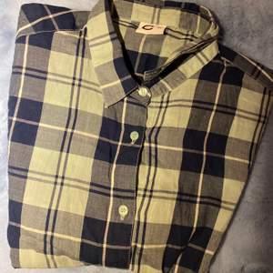 Jätte snygg skjorta i super fint skick, säljer den för 67 och köparen står för frakt.