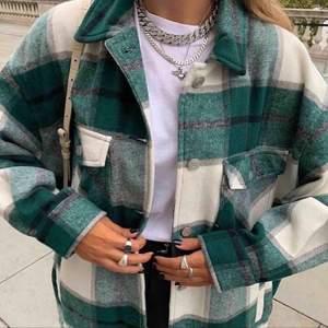 Rutig, grön jacka från Zara, storlek S (frakt ingår ej)