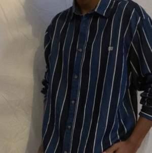 En skjorta i mycket bra skick 9/10 inga hål eller liknande