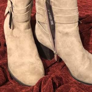 nästan aldrig använda jättefina skor med dragkedja och rosett på sidan.
