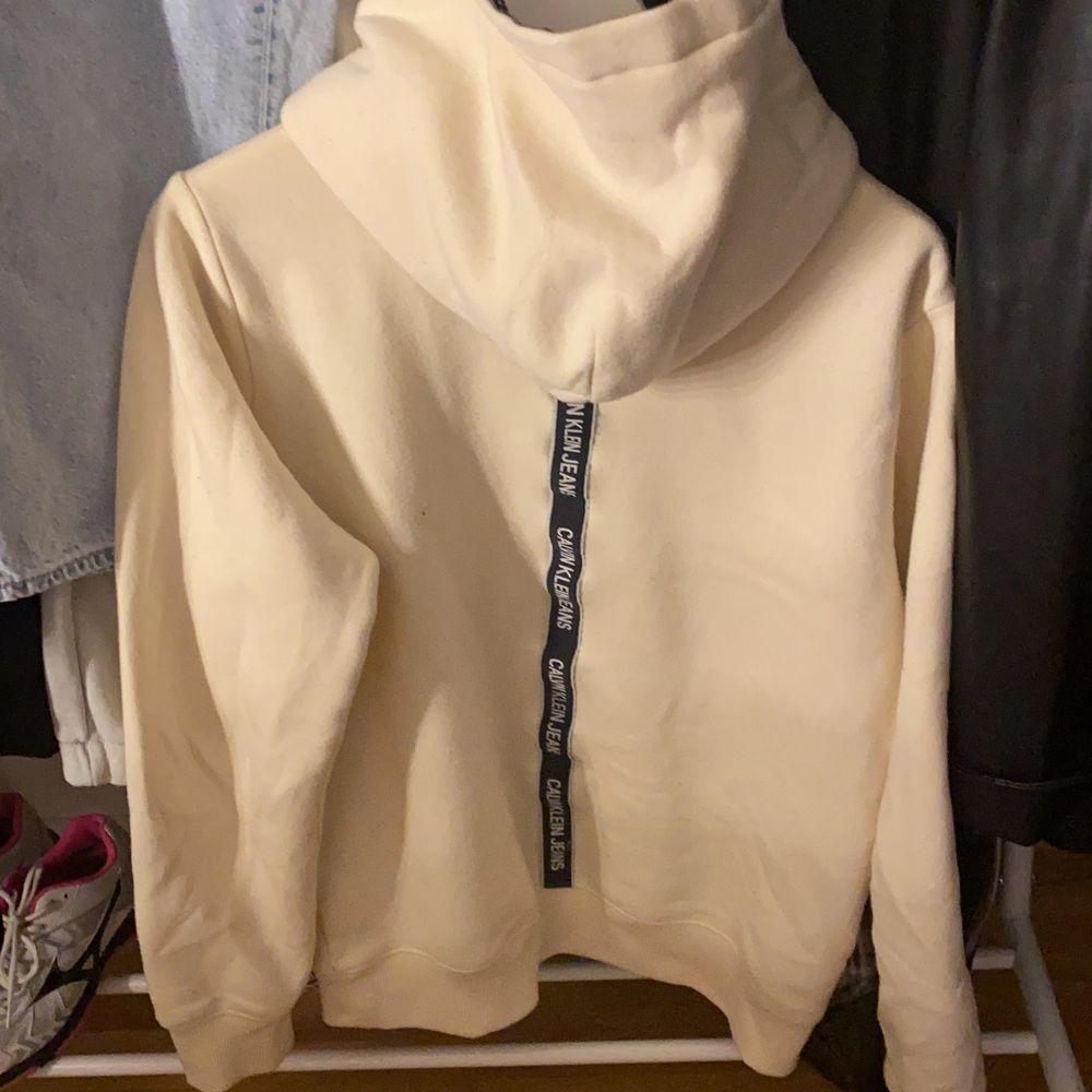 Calvin Klein hoodie en för flera bilder steroler 16 i barn vilket motsvarar en s/m passar mig som både har M/S väldigt skön och varm . Huvtröjor & Träningströjor.