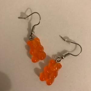 Ett par fina gummibjörns örhängen i orange. Ny skick och aldrig använda.