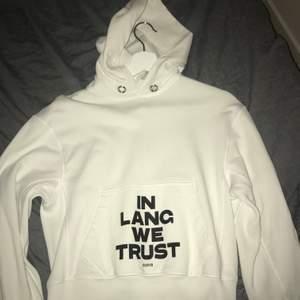 """In Lang we trust"" hoodien. Size xs, men passar som mina vanliga S hoodies. Condition: 9/10, inga flaws. Pris är diskuterbart."