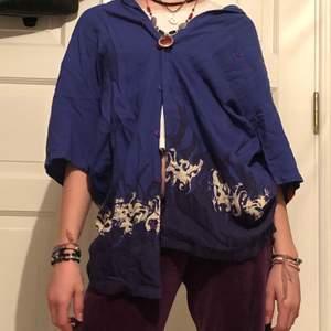 En mörk blå skjorta med flammor, köpte förra sommaren och den är köpt på humana