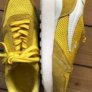 Gula Fila sneakers storlek 37. Endast använda ett fåtal gånger