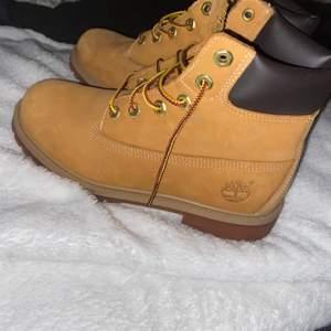 Säljer dom populära timberland skorna. Använda max 3gånger men verkligen i nyskick. Storlek 38. Köpte för 1399kr och säljer för 500kr+frakt