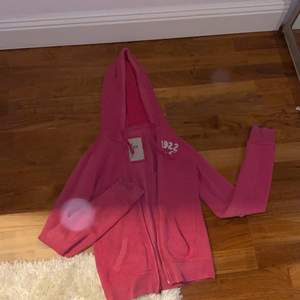 Snygg och trendig tröja ifrån Hollister säljer pga av att den inte kommer till användning. Haft den i några år men endast använt den ca 10 ggr.